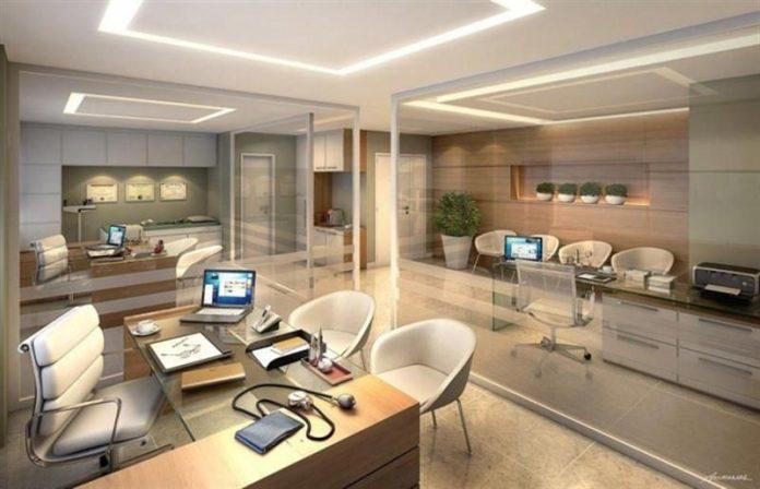 escritório integrado com paredes de vidro