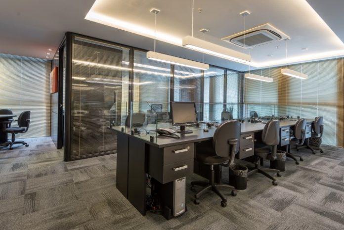 escritório integrado com estações de trabalho