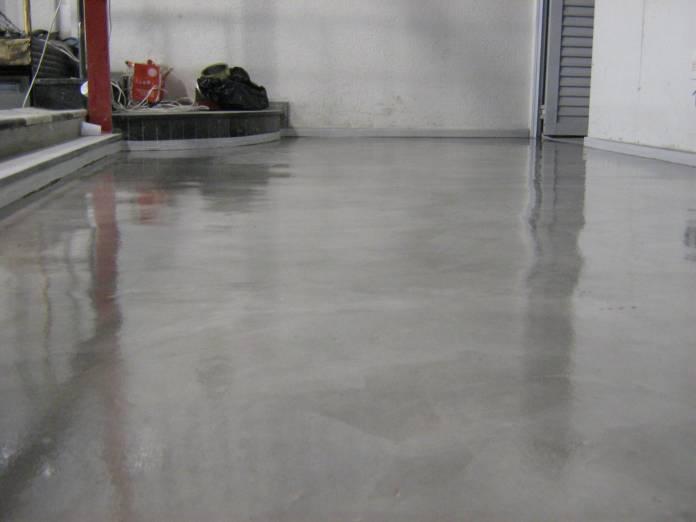 um piso de cimento queimado que recebeu tratamento para ficar com mais brilho e ser mais fácil de limpar e manter