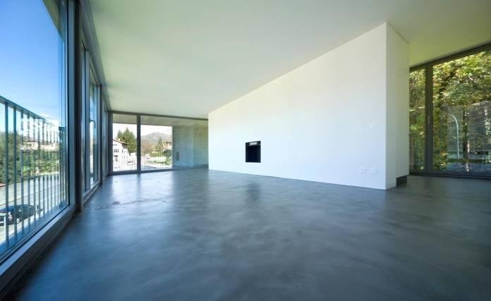 Aqui um cômodo amplo que usou cimento queimado, trazendo um ar moderno e bonito a decoração do ambiente, note que só o uso do cimento queimado já valorizou o espaço